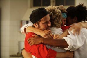 un-sentito-abbraccio-nella-cucina-dell-hotel-di-riunione-di-famiglia-110082